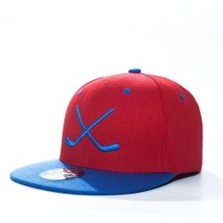 Красно-синяя бейсболка с прямым козырьком с хоккейными клюшками