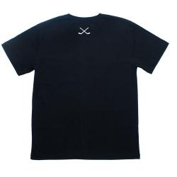 Черная футболка с хоккейными клюшками вид сзади