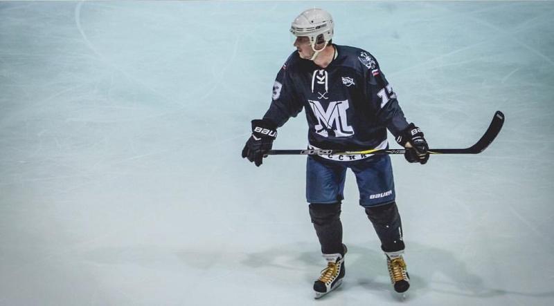 Хоккеист на льду в экипировке